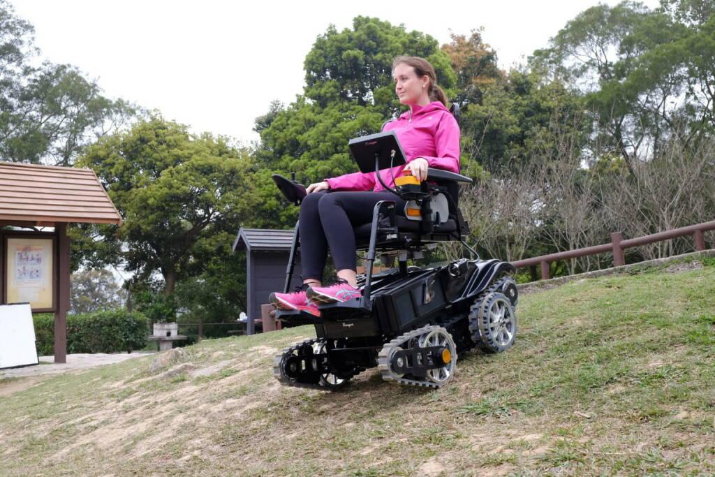 Bildtext: Der innovative Elektro-Rollstuhl B-Free Ranger ist offroad-tauglich, kann Treppen steigen und fährt sicher in jedem Gelände. Einfache Handhabung, autonomes Fahren auf Treppen und dabei absolut sicher! Ab sofort kinderleicht Treppen bis 35° Steigung bewältigen. Automatisch erkennt der B-Free Ranger die Neigung und stellt Ihren Sitz waagrecht. Über jede Bordsteinkante fahren oder im Gelände unterwegs sein - kein Problem; Copyright: Help-24, © Aussender (05.03.2018)