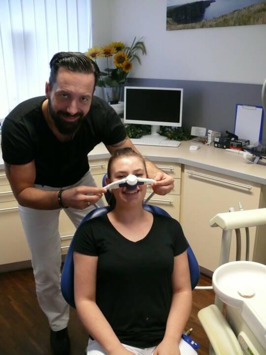 Lachgas hilft Angstpatienten: Lachgas ist chemisch betrachtet Distickstoffmonoxid und hat eine leicht betäubende und schmerzlindernde Wirkung. Aber vor allem bringt es dem Patienten Entspannung und erzeugt Angstfreiheit, um die Behandlung überhaupt zuzulassen. Dr. Ulrich Guserl: Es bietet dem Zahnarzt in vielen Fällen wirklich die einzige Möglichkeit, sonst fast unbehandelbaren Patienten, die panische Angst vor dem Zahnarzt haben, eine wichtige Zahnbehandlung zuteilwerden zu lassen. Copyright: Pressetherapeut