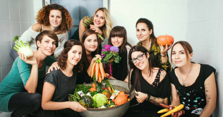 Das steirische Start-Up Hands on Veggies hat es sich zum Ziel gesetzt, mit innovativen Bio-Naturkosmetikprodukten frischen Wind in die Branche zu bringen. Der Fokus liegt dabei aber immer auf den vielfältigen, nährstoffreichen Wirkstoffen des Gemüsegartens. Die Produkte enthalten wertvolle Inhaltsstoffe von Kürbis, Karotten, Grünkohl und Co. Im Bild: Hands on Veggies: Team; Copyright: Hands on Veggies