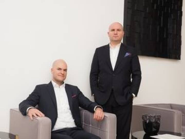 Die Investment Banker Florian Koschat und Helmut Kogler von Pallas Capital haben eine Lösung für Immobilienentwickler und ermöglichen es, schnell auf Mezzaninkapital zugreifen zu können. Wir strukturieren für jeden Deal eine schnelle und individuelle Lösung so Kogler. Im letzten Jahr wurden mehr als 200 Mio. Euro Eigenkapitalersatz strukturiert. Bild: Pallas Capital Advisory AG