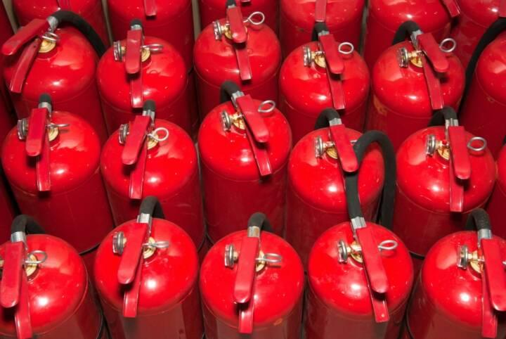 Wie man das Risiko Brandgefahr reduzieren kann, erfuhren die Brandschutzverantwortlichen am TÜV AUSTRIA Brandschutztag. Feuerlöscher, rot, Feuer, Fotocredit: shutterstock
