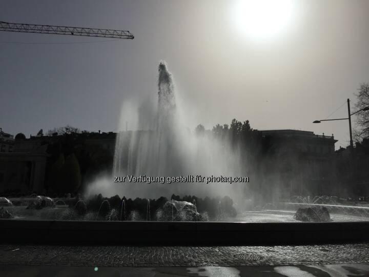 Hochstrahlbrunnen Schwarzenbergplatz, vor dem Haus der Industrie