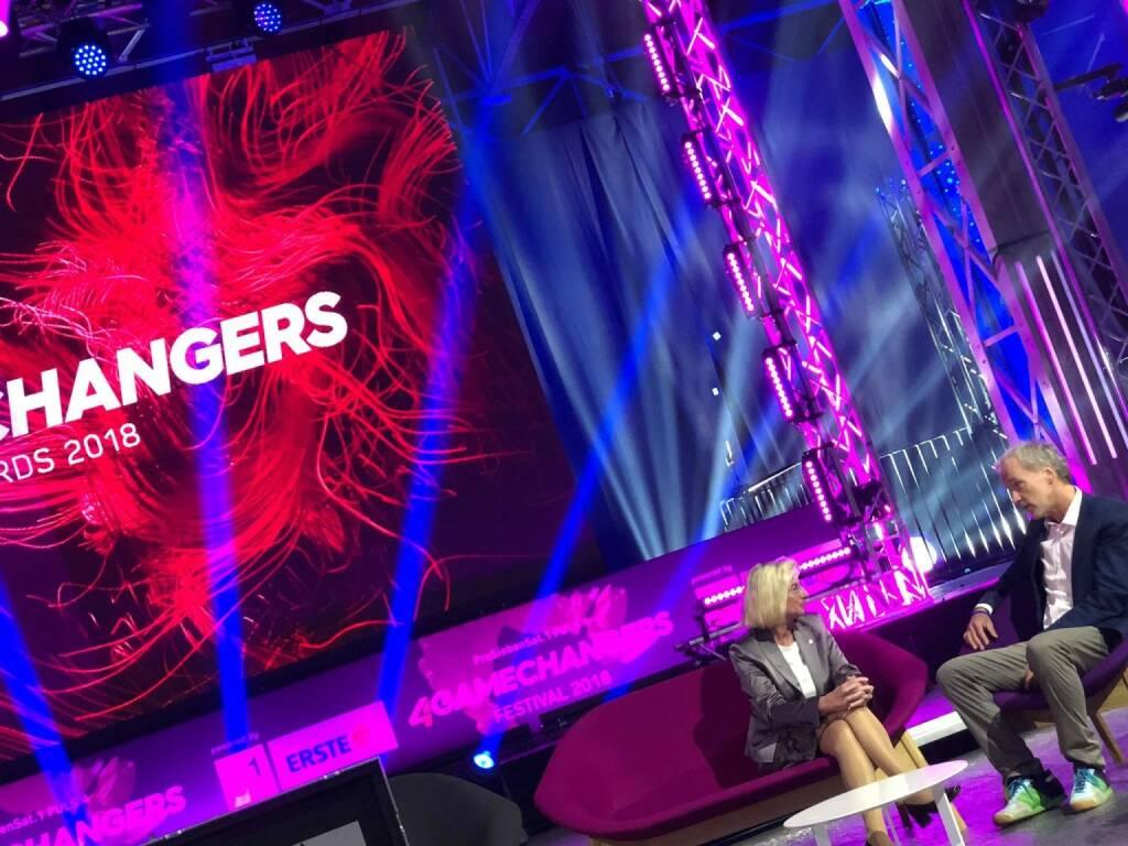 Elisabeth Stadler (VIG), Christian Drastil am 4gamechangers Festival Hauptbühne eintesten (16.04.2018)