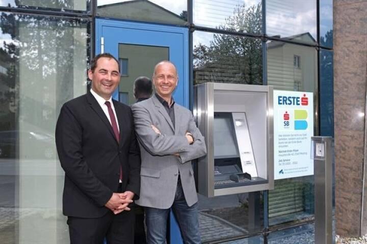 KEBA installiert für Erste Bank und Sparkassen die ersten Outdoor-Cash-Recycler in Österreich, Mag. Martin Schwarz, Vertrieb KEBA mit Ing. Peter Michael Seitz, Channelmanager Filialen und Selbstbedienung, Erste Bank; Bild:Keba