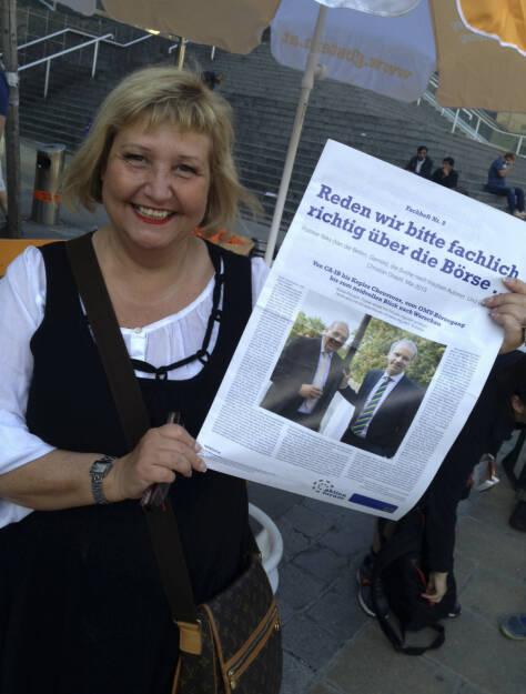Martina Malyar, Bezirksvorsteherin 1090 Wien, mit dem Fachheft 9 (07.06.2013)