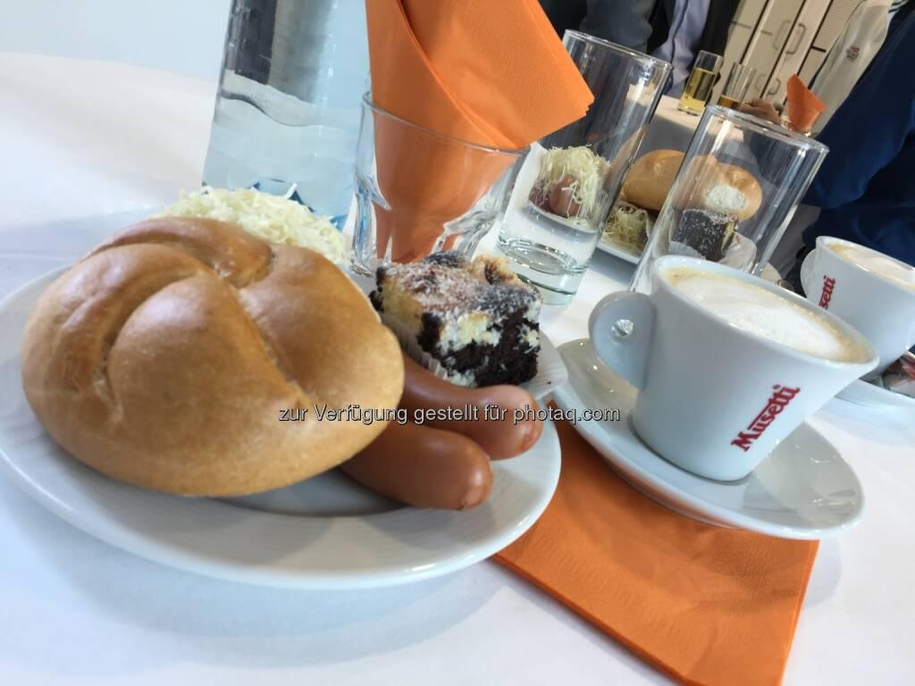 Frankfurter mit Semmel und Nachspeise, Kaffee von Schärf, Semperit-HV 2018 (25.04.2018)