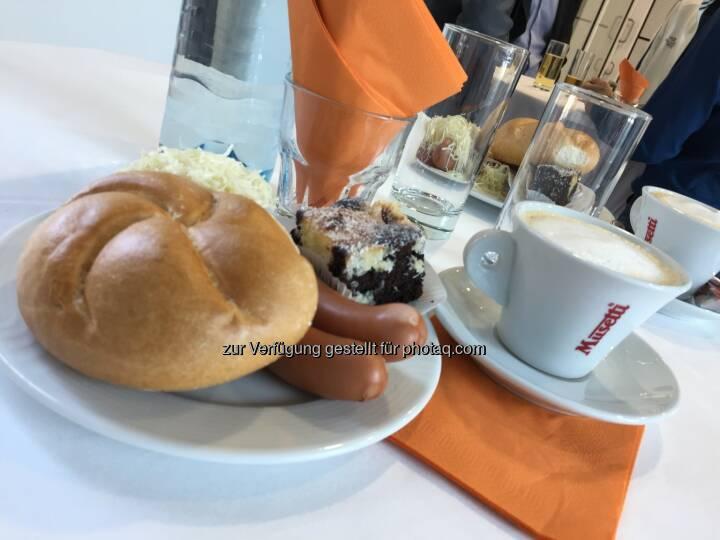 Frankfurter mit Semmel und Nachspeise, Kaffee von Schärf, Semperit-HV 2018