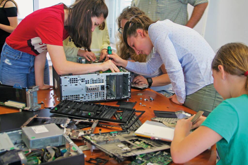 """Dass Programmieren """"tierisch"""" Spaß machen kann, haben im Rahmen des Wiener Töchtertages am Donnerstag Mädchen im Alter von 11 bis 16 Jahren beim österreichischen IT-Dienstleister S&T erlebt. Das börsennotierte Unternehmen hat den Schülerinnen an seinem Wiener Standort die IT-Branche ein Stückchen näher gebracht. Dabei nahmen die Teenager nicht nur die Hardware unter die Lupe, sondern erlernten auch gleich ein paar Vokabeln der Computersprache. Bild: S&T, © Aussender (26.04.2018)"""