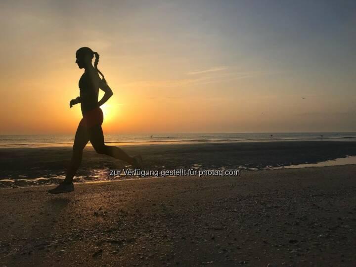 Strandlauf bei Sonnenaufgang