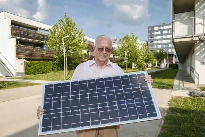 Wien Energie errichtet erste Gemeinschafts-Photovoltaikanlage für Mehrparteienhaus – 1.000 Wienerinnen und Wiener sollen bis Ende 2018 bereits Solarstrom vom eigenen Dach nutzen; Karl Reisinger ist einer der ersten Wiener, der Sonnenstrom vom eigenen Dach für seine Wohnung in der Lavaterstraße nutzen wird. Fotocredit:Wien Energier/FOTObyHOFER