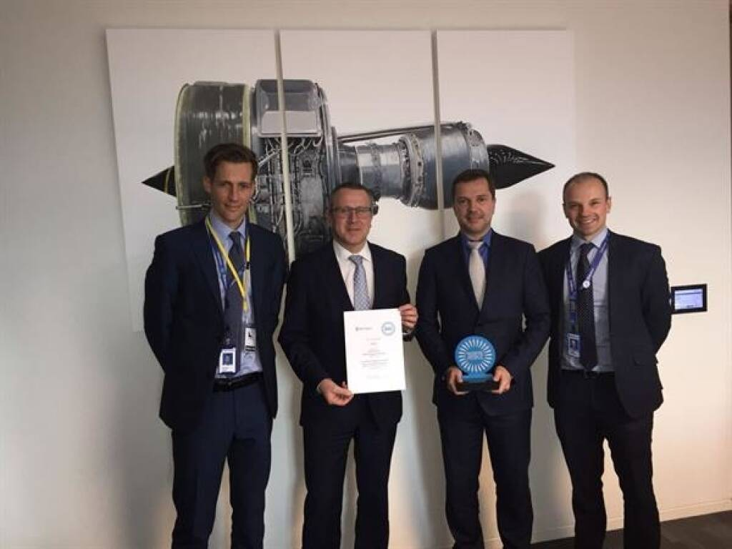 "Der Triebwerkshersteller Rolls-Royce ehrte vor kurzem seine besten und qualifiziertesten Lieferanten. FACC erhielt in der Kategorie ""Performance Through Our People"" den ""Supplier Award"" für außergewöhnliche Teamarbeit sowie höchste Qualitäts- und Leistungsstandards. Richard Upton (Strategic Purchasing Executive – Compressors, Rolls-Royce), Robert Machtlinger (CEO von FACC), Günter Nelböck (FACC Vice President Engine & Nacelles) und James Partington (Supplier Management Executive – Compressors, Rolls-Royce) bei der Verleihung des ""Supplier Awards – Performance Through Our People"" in London. Fotorechte: © Rolls-Royce, © Aussendung (04.05.2018)"