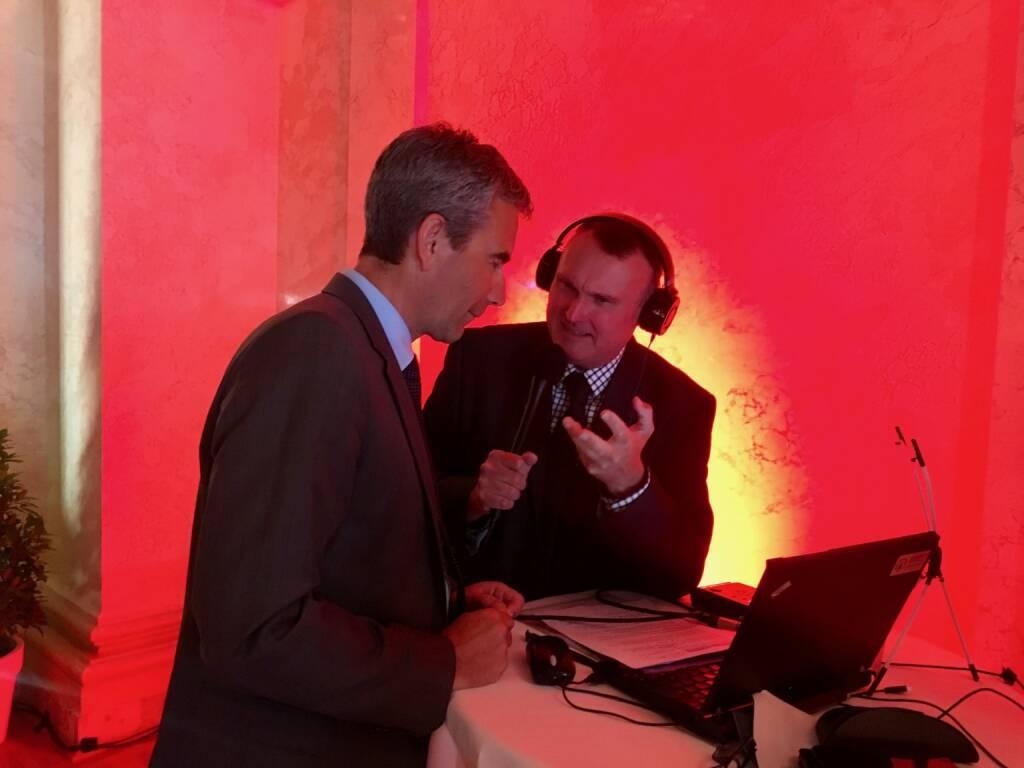Finanzminister Hartwig Löger im Gespräch mit Peter Heinrich, börsenradio.at, Foto: beigestellt, © APA-Fotoservice/Wiener Börse (24.05.2018)