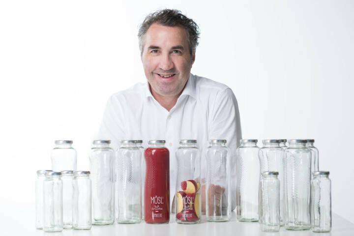 Mit Mösl's Bio Smoothie möchte Reinhard Mösl nun den nächsten Schritt setzen. Hin zur eigenen Marke mit seiner persönlichen Philosophie. Das Besondere daran: der Bio-Fruchtsaft kommt im Glas, noch dazu in einem höchst individuellen, extra entwickelten Flaschendesign. Copyright: Mösl GmbH