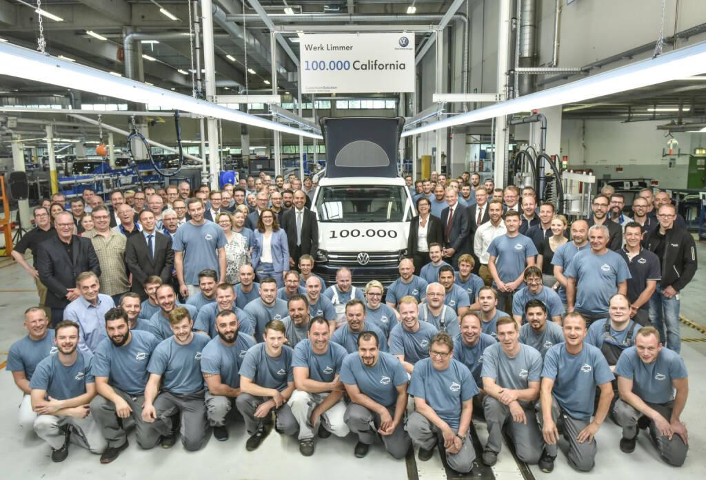VW Volkswagen Nutzfahrzeuge AG: Gemeinsamer Erfolg: Vorstände, Betriebsräte und Mitarbeiter mit dem 100.000sten California aus dem Werk in Hannover-Limmer; Fotocredit:VW Volkswagen Nutzfahrzeuge AG, © Aussender (25.05.2018)