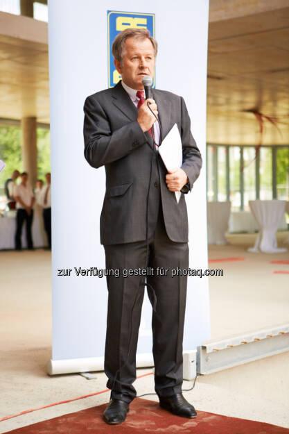 Eduard Zehetner (CEO Immofinanz Group) http://blog.immofinanz.com/de/2013/06/07/panta-rhei-mit-dem-feurigen-saft-der-reben-soll-die-immofinanz-hoch-leben-bilder-vom-richtfest/, © Immofinanz (10.06.2013)