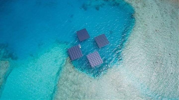 Das mehrfach ausgezeichnete Unternehmen Swimsol entwickelt schwimmende Solarplattformen und löst damit das Problem der Energieversorgung u. a. in Inselstaaten. Mit EUR 634.800,- investierte die Crowd die in diesem Jahr bisher größte Green Rocket-Summe in das österreichische Technologie-Unternehmen. Bild: Swimsol