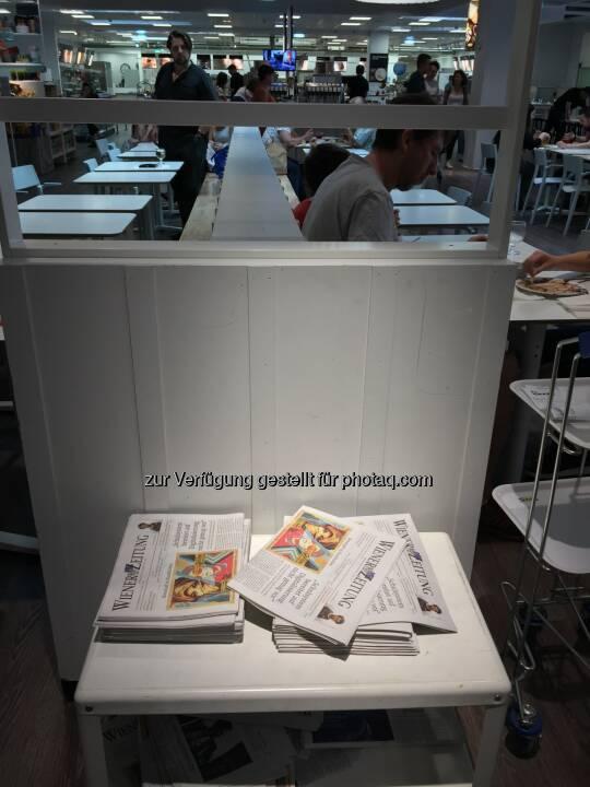 Ikea SCS bietet schon seit Jahren die aktuelle Tageszeitung zur freien Entnahme an.