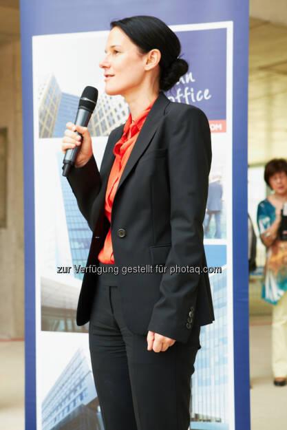 Bettina Schragl (Head of Corporate Communications, Immofinanz) http://blog.immofinanz.com/de/2013/06/07/panta-rhei-mit-dem-feurigen-saft-der-reben-soll-die-immofinanz-hoch-leben-bilder-vom-richtfest/, © Immofinanz (10.06.2013)