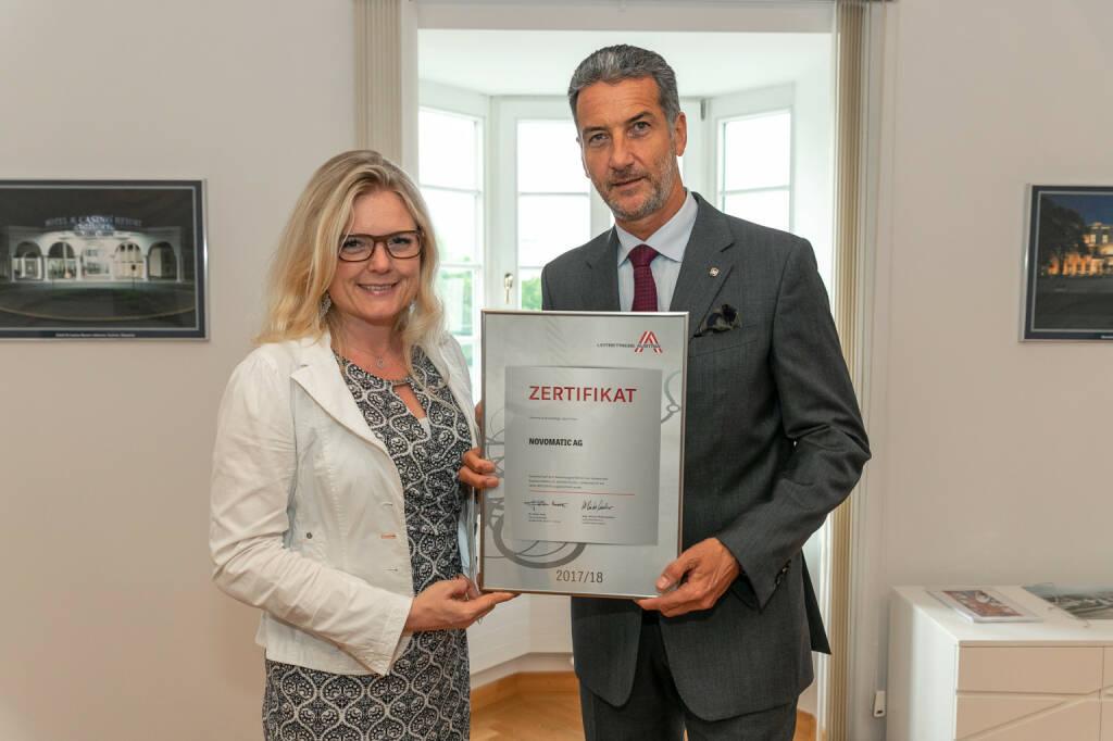 Novomatic als Leitbetrieb zertifiziert: v.l.n.r. Monica Rintersbacher (GF Leitbetriebe Austria), Harald Neumann (Vorstandsvorsitzender Novomatic); Copyright: Alexander Felten , © Aussendung (12.06.2018)