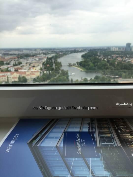 Warimpex-HV 14.6.18, Floridotower, Geschäftsbericht am Fensterbrett, das ist kein Gemälde, das Bild ist echte Aussicht