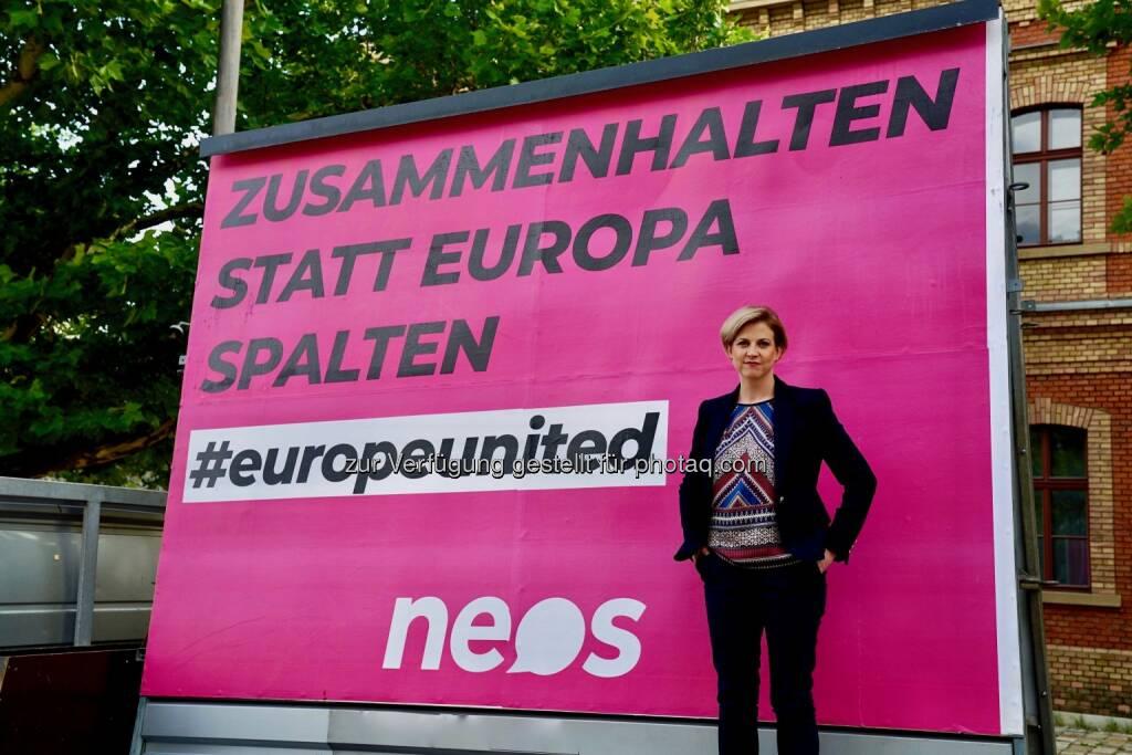 Neos-Vorsitzende Beate Meinl-Reisinger vor dem Plakat - Neos zu Grenz-Manöver: Zusammenhalten statt Europa spalten, © Aussender (27.06.2018)
