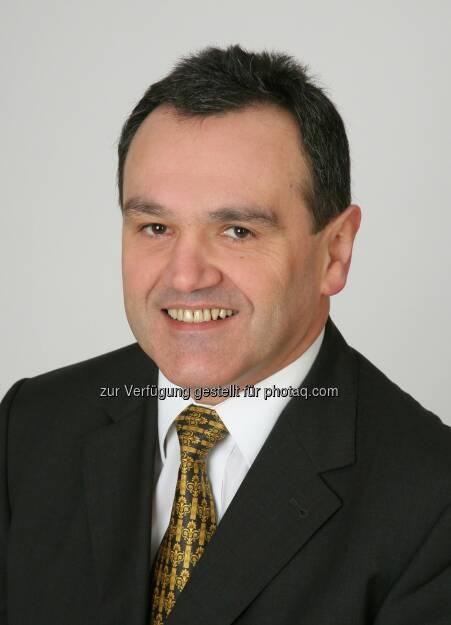 RHI: In einer a.o Sitzung des Aufsichtsrates wird vorschlagen, mit Wirkung ab 1. Juli 2013 Franz Buxbaum als Chief Operations Officer in den Vorstand zu bestellen. Buxbaum, 57, war nach Abschluss seines Studiums der technischen Physik an der TU Graz bei Steyr-Daimler-Puch AG, Böhler Ges.m.b.H. und Tyrolit Schleifmittelwerke tätig. Im Jahr 1997 wechselte er zur RHI AG und übernahm leitende Funktionen im Bereich der Forschung sowie der Produktion. Buxbaum ist seit 2012 Chief Operations Officer der RHI AG (c) RHI (12.06.2013)