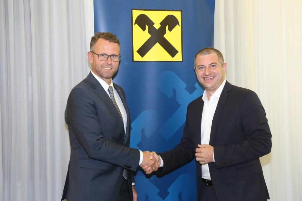Raiffeisen Oberösterreich nimmt als erste österreichische Bank am neuen europaweiten Smartphone-Zahlungssystem Blue Code teil; Christian Pirkner, CEO der Blue Code International AG; Stefan Sandberger, im Vorstand der RLB OÖ; Fotograf:Michael Strobl, © Aussendung (05.07.2018)