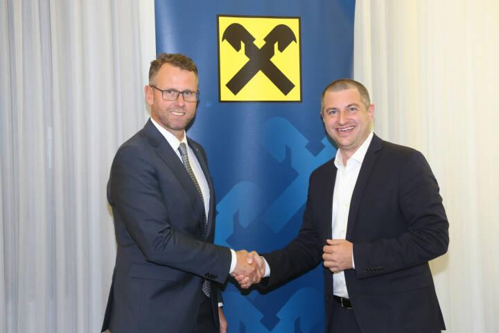 Raiffeisen Oberösterreich nimmt als erste österreichische Bank am neuen europaweiten Smartphone-Zahlungssystem Blue Code teil; Christian Pirkner, CEO der Blue Code International AG; Stefan Sandberger, im Vorstand der RLB OÖ; Fotograf:Michael Strobl