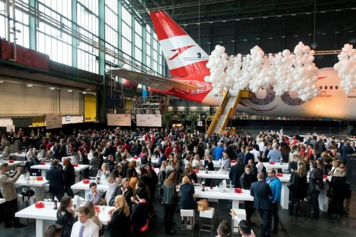 Mit Standscannern in Flughafen-Optik wurden bei der 60-Jahr-Feier von Austrian Airlines insgesamt 2.500 hochkarätige Gäste eingecheckt; Copyright: Austrian Airlines