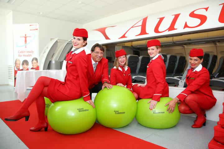 Rund 2.750 FlugbegleiterInnen kümmern sich bei Austrian Airlines um das Wohl ihrer Gäste. Um die Arbeitsbedingungen für das Kabinenpersonal zu optimieren, startete die Fluglinie 2014 ein Projekt zur Betrieblichen Gesundheitsförderung (BGF) für die FlugbegleiterInnen. Herausgekommen sind über 120 Maßnahmen, die entlasten. Fotocredit:Betriebliche Gesundheitsförderung/APA-Fotoservice/Schedl