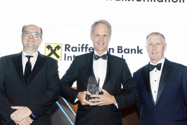 """In einer festlichen Galazeremonie wurden gestern Abend in London die """"Euromoney Awards for Excellence 2018"""" verliehen. Die Raiffeisen Bank International (RBI) und ihre Tochterbanken erhielten insgesamt neun Auszeichnungen. Die RBI gewann den Preis für die """"World's Best Bank Transformation"""" und konsequenterweise auch für die """"Best Bank Transformation"""" in Zentral- und Osteuropa. v.l.n.r.: Clive Horwood (Herausgeber Euromoney), Martin Grüll (CFO, RBI), Sir Geoff Hurst (englische Fußballlegende). Copyright: Euromoney"""