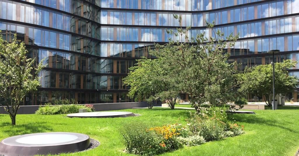 Erste Group Campus, Sommer, Garten, grün; Quelle: LinkedIn (21.07.2018)