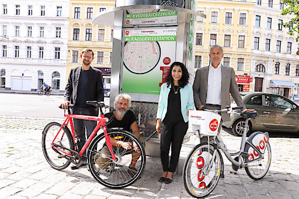 Die Gewista errichtet für die Wiener Radfahrerinnen und Radfahrer drei neue Radservicestationen, die in City Light-Säulen integriert sind. Mittels Onlinevoting der Mobilitätsagentur auf fahrradwien.at haben sich die TeilnehmerInnen für die Standorte im 2. Bezirk am Nestroyplatz/Praterstraße 38, im 9. Bezirk in der Alserbachstraße 5 Markthalle und im 20. Bezirk in der Wallensteinstraße 16/Staudingergasse 13 entschieden. Mit der bereits existierenden Station am Margaretengürtel stehen nun vier Stationen zur Verfügung, und weitere werden folgen. Vor der neu eröffneten Gewista Radservicestation in der Alserbachstraße 5 Markthalle (v.l.n.r.) Martin Blum, Radverkehrsbeauftragter der Stadt Wien, Hans Erich Dechant, Gewista Head of Citybike Wien, Mag.a Saya Ahmad, Bezirksvorsteherin des Alsergrunds und Gewista CEO Franz Solta; Credit: Gewista, © Aussendung (24.07.2018)