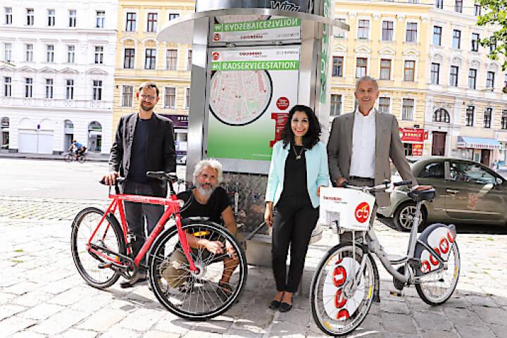 Die Gewista errichtet für die Wiener Radfahrerinnen und Radfahrer drei neue Radservicestationen, die in City Light-Säulen integriert sind. Mittels Onlinevoting der Mobilitätsagentur auf fahrradwien.at haben sich die TeilnehmerInnen für die Standorte im 2. Bezirk am Nestroyplatz/Praterstraße 38, im 9. Bezirk in der Alserbachstraße 5 Markthalle und im 20. Bezirk in der Wallensteinstraße 16/Staudingergasse 13 entschieden. Mit der bereits existierenden Station am Margaretengürtel stehen nun vier Stationen zur Verfügung, und weitere werden folgen. Vor der neu eröffneten Gewista Radservicestation in der Alserbachstraße 5 Markthalle (v.l.n.r.) Martin Blum, Radverkehrsbeauftragter der Stadt Wien, Hans Erich Dechant, Gewista Head of Citybike Wien, Mag.a Saya Ahmad, Bezirksvorsteherin des Alsergrunds und Gewista CEO Franz Solta; Credit: Gewista