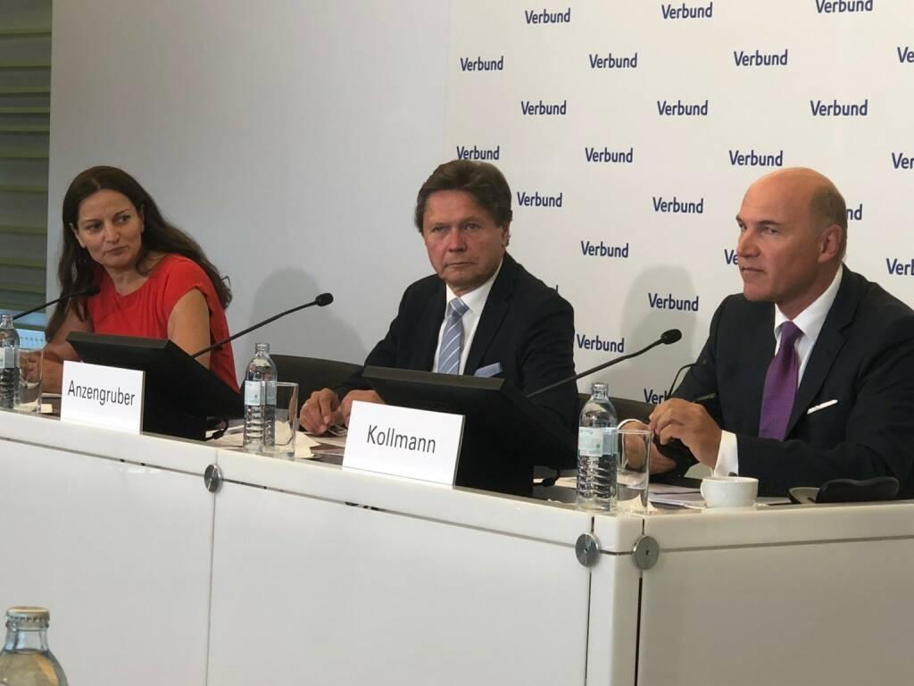 Verbund-Pressekonferenz: Ingun Metelko (Kommunikation), Wolfgang Anzengruber (CEO), Peter F. Kollmann (CFO), Credit: beigestellt, © Aussender (26.07.2018)