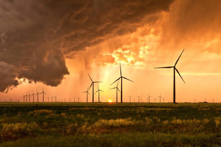 In der Kategorie Visionary Wind konnte der Österreicher Klaus Rockenbauer beim internationalen Windkraft-Fotowettbewerb die Jury überzeugen. Bild: Ein Sturm erreicht den Balko-Windpark in Oklahoma kurz vor Sonnenuntergang. Copyright: Klaus Rockenbauer