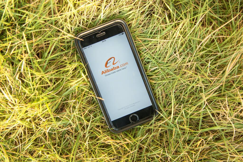 Alibaba, iPhone, Gras - https://de.depositphotos.com/100676864/stock-photo-nakorn-pathom-thailand-feb-15.html, &copy; <a href=