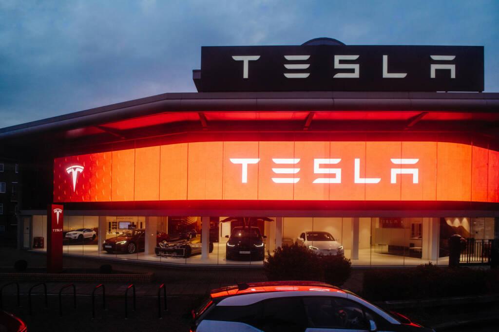 Tesla, Autohaus, Autos - https://de.depositphotos.com/158143436/stock-photo-tesla-motors-showroom-with-cars.html, &copy; <a href=