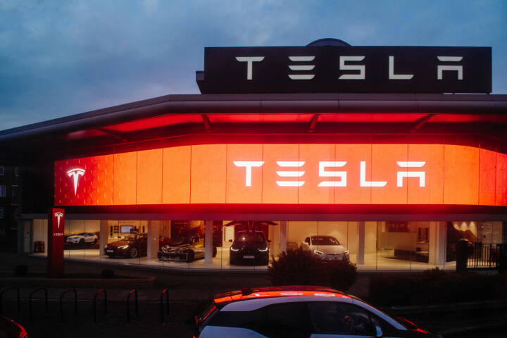 Tesla, Autohaus, Autos - https://de.depositphotos.com/158143436/stock-photo-tesla-motors-showroom-with-cars.html