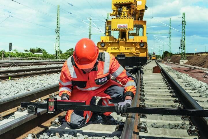 Der Bauauftrag für eine insgesamt 5,7 km lange Bahnstrecke auf dem Gebiet der niedersächsischen Gemeinde Sande (Landkreis Friesland) geht an die Strabag.  Bildnachweis: Strabag SE