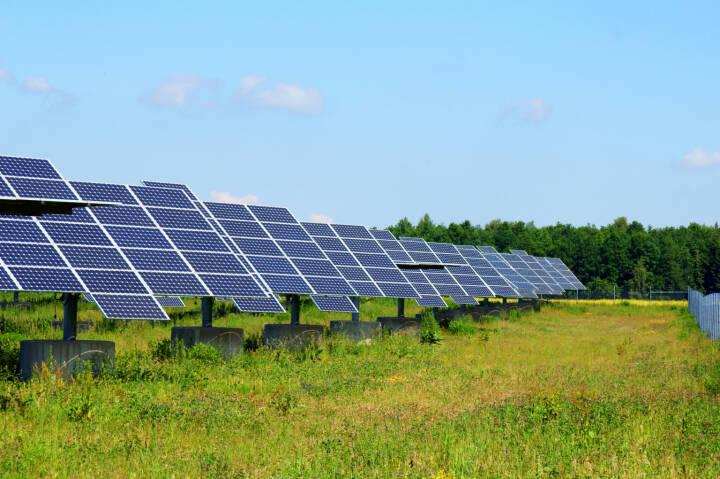 Solaranlage, Solarfeld, erneuerbare Energie - https://de.depositphotos.com/6214693/stock-photo-solarfeld.html