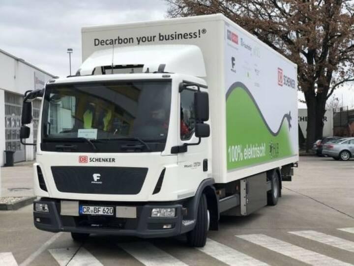 DB Schenker hat in Berlin ein Projekt vorgestellt, das die Integration von Elektro-Lkw in die Fahrzeugflotten von Logistikdienstleistern untersuchen soll. Das Projekt iHub soll zeigen, wie ein IT-gestütztes System Lkw-Flotten effizient steuern kann, die aus dieselbetriebenen und elektrischen Fahrzeugen bestehen. Fotocredit:DB Schenker