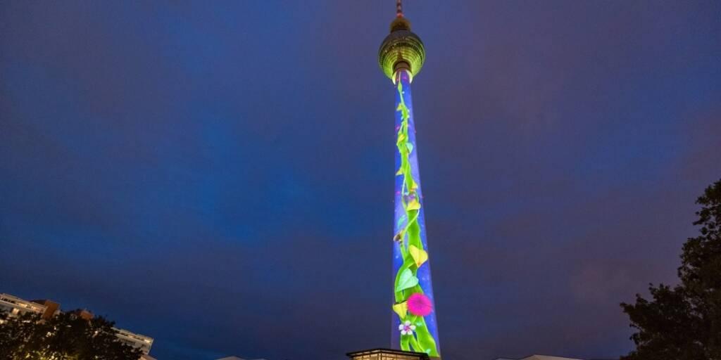 E.ON sucht die besten Lichtkünstler aus Europa: Der Berliner Fernsehturm beim Festival of Lights 2016 // Foto: E.ON / Dirk Lässig, © Aussender (23.08.2018)