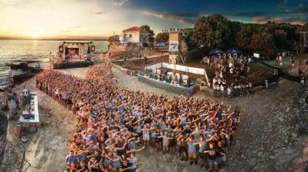 """X-Jam Croatia erneut als Europas größte Event-Maturareise bestätigt, Knapp 10.000 Absolventen genossen den Sommer ihres Lebens im kroatischen Porec. Buchungszahl für 2019 bricht bereits jetzt den Rekord. Ziel ist es, die 100.000 Nächtigungen, die wir mit X-Jam und dem Lighthousefestival die letzten zwei Jahre gebracht haben, zu überbieten"""", so DocLX-Gründer Alexander Knechtsberger. © DocLX Holding, © Aussender (31.08.2018)"""