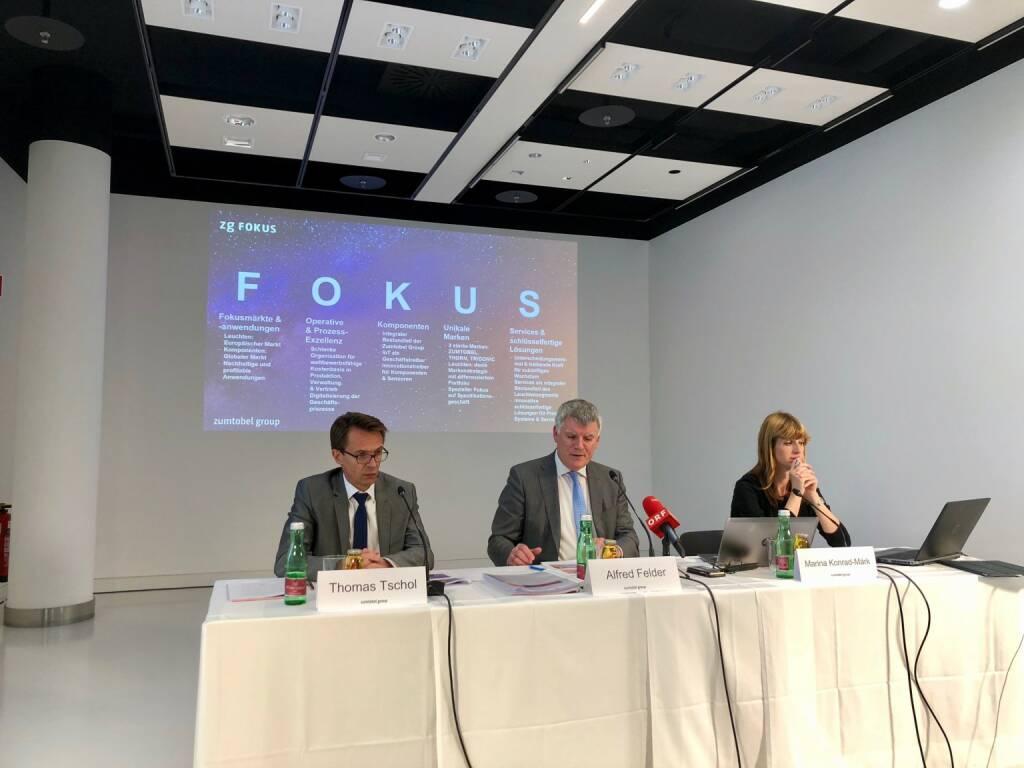 Zumtobel-Pressekonferenz am 4. September 2018, der Vorstand präsentiert fünf strategische Eckpfeiler, die sich alle vom Kern der Strategie Fokus ableiten; im Bild: Zumtobel-CFO Thomas Tschol, CEO Alfred Felder, Sprecherin Marina Konrad-Märk, Credit: BSN (04.09.2018)