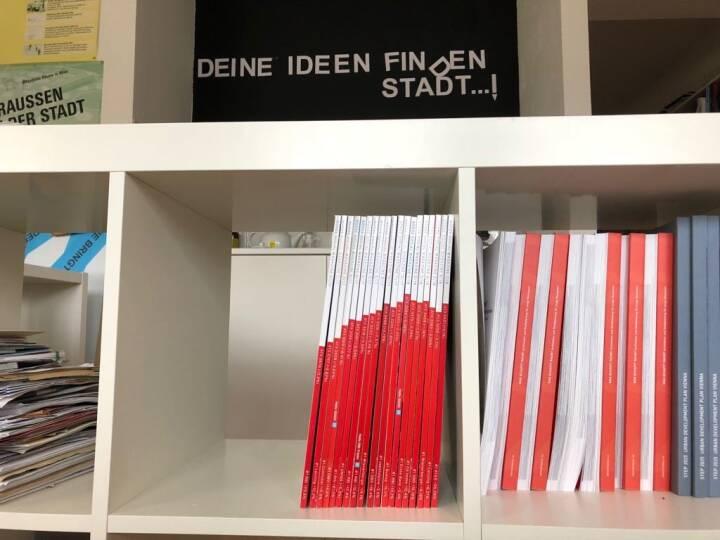 Börse Social Magazine im Regal, richtig gesammelt ergibt das den ATX-Chart http://www.boerse-social.com/magazine