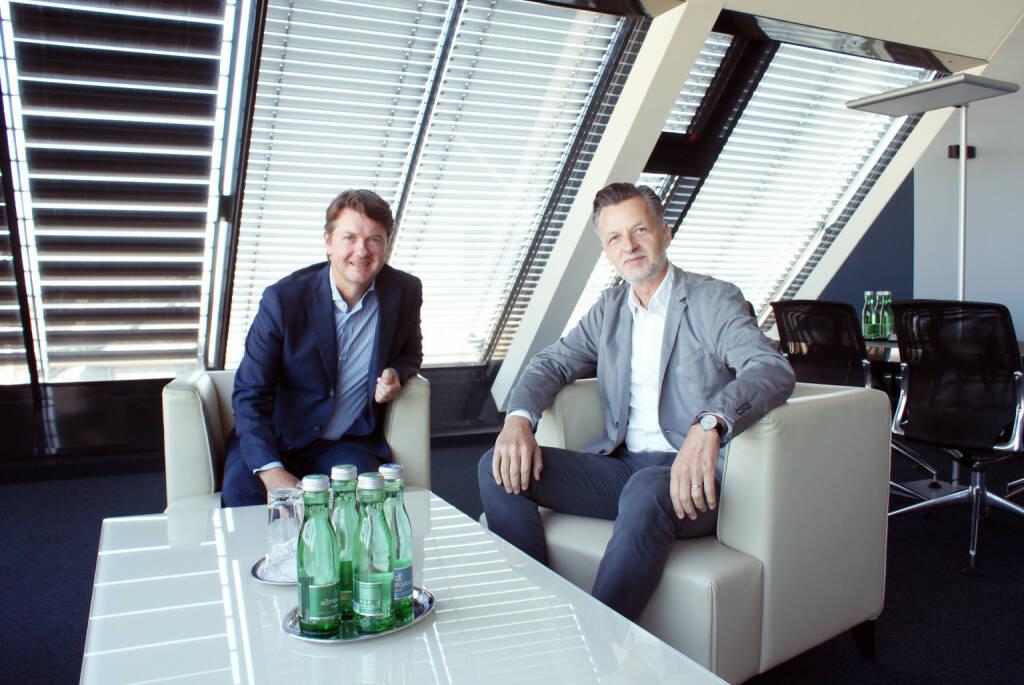 Vor einem Jahr wurde die Fusion zwischen der Sparda-Bank und der Volksbank Wien AG erfolgreich besiegelt. Damals wurde beschlossen, den Bankbetreib der Sparda-Bank in die Volksbank Wien AG einzubringen und die Sparda-Bank als eigenständige Marke weiterzuführen. Bereits nach diesem ersten Jahr kann eine äußerst positive Bilanz gezogen werden: Neben den positiven Synergieeffekten, die sich aus der Zentralisierung zahlreicher Aufgaben ergeben, konnten auch rund 85.000 Sparda-Bank-Kunden reibungslos in die Volksbank Wien integriert werden. im Bild: Generaldirektor der Volksbank Wien AG, Gerald Fleischmann, und vida-Vorsitzender Roman Hebenstreit; Credit: Volksbank, © Aussendung (11.09.2018)