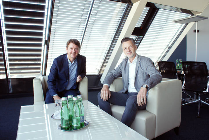 Vor einem Jahr wurde die Fusion zwischen der Sparda-Bank und der Volksbank Wien AG erfolgreich besiegelt. Damals wurde beschlossen, den Bankbetreib der Sparda-Bank in die Volksbank Wien AG einzubringen und die Sparda-Bank als eigenständige Marke weiterzuführen. Bereits nach diesem ersten Jahr kann eine äußerst positive Bilanz gezogen werden: Neben den positiven Synergieeffekten, die sich aus der Zentralisierung zahlreicher Aufgaben ergeben, konnten auch rund 85.000 Sparda-Bank-Kunden reibungslos in die Volksbank Wien integriert werden. im Bild: Generaldirektor der Volksbank Wien AG, Gerald Fleischmann, und vida-Vorsitzender Roman Hebenstreit; Credit: Volksbank