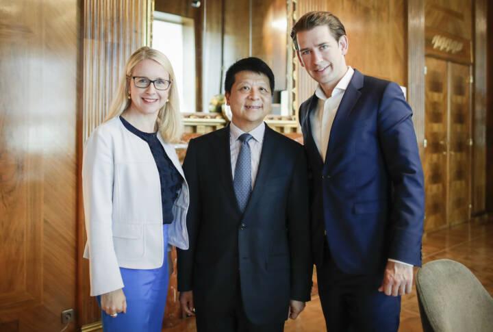 Bei einem Treffen mit dem österreichischen Bundeskanzler Sebastian Kurz und Wirtschaftsministerin Margarete Schramböck, hat Huawei Rotating Chairman Guo Ping den Ausbau der IKT-Infrastruktur und die digitale Transformation diskutiert. Darüber hinaus hat er den Plan des Unternehmens für eine verstärkte Zusammenarbeit mit Österreich in Sachen und Forschung und Entwicklung skizziert. Fotocredit: Hans Hofer