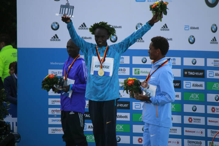 Eliud Kiptanui, Eliud Kipchoge, Feyisa Lilesa - Berlin Marathon, Pariser Platz, 27. September 2015, Berlin - https://de.depositphotos.com/130980464/stock-photo-winners-of-the-berlin-marathon.html